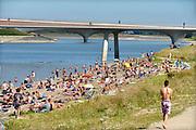 Nederland, nijmegen, 25-8-2016Mensen trekken massaal naar de oevers van de waal en de nieuwe spiegelwaal in het rivierpark aan de overkant van Nijmegen op deze warmste 25 augustus ooit . Het nieuwe recreatiegebied beleeft haar eerste zomer en blijkt een aanwinst voor de stad en omgeving.Foto: Flip Franssen