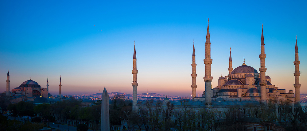 Sunset at The Blue Mosque, Sultanahmet Camii or Sultan Ahmed, and Hagia Sophia mosque museum in Istanbul, Turkey