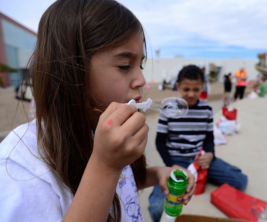 apl052517c/ASECTION/pierre-louis/JOURNAL 052517<br /> Seven Bar Loop Elementary School 1st grader Zoey Alvarez,,7, left,  and 2nd grader Taryn Jaramillo,, blow bubbles while  enjoying  the last day of school for APS  .Photographed  on Thursday May 25,  2017. .Adolphe Pierre-Louis/JOURNAL