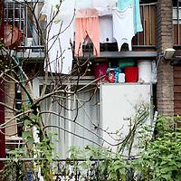 Nederland, Amsterdam , 12 november 2012..Wijkbeheerders Alime Kaya en Dineke Vogelzang  Rochdale tijdens een wandeling gecombineerd met inspectie en buurtbezoek in de kolenkitbuurt van Slotermeer..Op de foto zoals het eigenlijk niet hoort. Overhangend wasgoed. Ook hierop wordt gecontroleerd..Foto:Jean-Pierre Jans