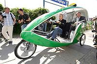 """01 AUG 2005, BERLIN/GERMANY:<br /> Fritz Kuhn (L), MdB, B90/Gruene, Wahlkampfmanager, und Reinhard Buetikofer (R), B90/Gruene, Bundesvorsitzender, fahren mit einem Velotaxi, Eroeffnung der Waehlbar von Buendnis 90 / Die Grünen, dem """"Hotspot des gruenen Hauptstadtwahlkampfes"""", eine Freiluft Bar mit politischen Informationsprogramm, Oranienburger Strasse <br /> IMAGE: 20050801-01-016<br /> KEYWORDS: Wählbar, Bündnis 90/Die Grünen, Reinhard Bütikofer"""