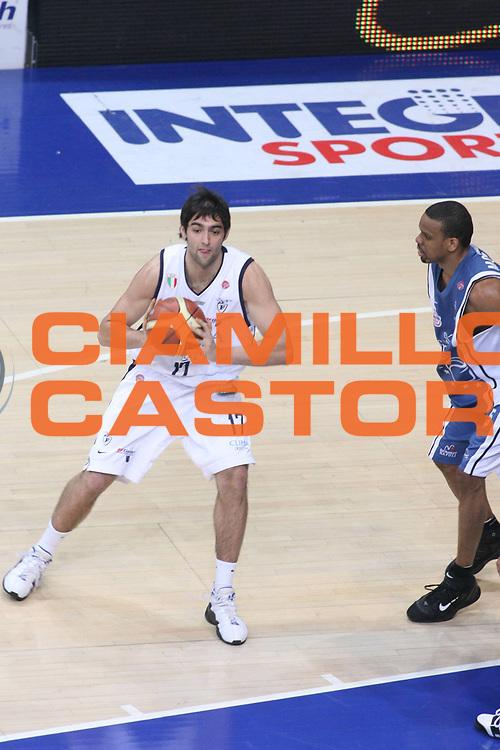 DESCRIZIONE : Bologna Lega A1 2005-06 Play Off Semifinale Gara 5 Climamio Fortitudo Bologna Carpisa Napoli <br /> GIOCATORE : Bruttini <br /> SQUADRA : Climamio Fortitudo Bologna <br /> EVENTO : Campionato Lega A1 2005-2006 Play Off Semifinale Gara 5 <br /> GARA : Climamio Fortitudo Bologna Carpisa Napoli <br /> DATA : 11/06/2006 <br /> CATEGORIA : Passaggio <br /> SPORT : Pallacanestro <br /> AUTORE : Agenzia Ciamillo-Castoria/G.Ciamillo