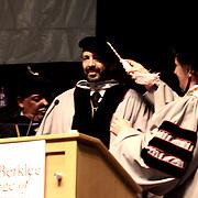 Juan Luis Guerra al momento de ser envestido con titulo honorifico de Doctor, por sus trunfos e influencia en la musica internacional. Desde izg. parcialmente ocurto Laurent J. Simpson, Juan Luis Guerra y Roger Brown.