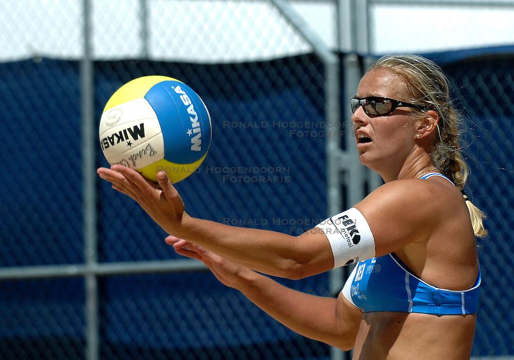 26-07-2007 VOLLEYBAL: WK BEACHVOLLEYBAL: GSTAAD<br /> Rebekka Kadijk<br /> &copy;2007-WWW.FOTOHOOGENDOORN.NL