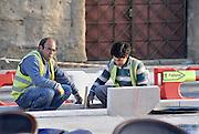 Frankrijk, Orange, 15-4-2012Stratenmakers zijn bezig met het vernieuwen van een trotoir.Foto: Flip Franssen/Hollandse Hoogte