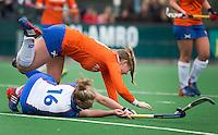 BLOEMENDAAL - Pien Hulsebosch van Bloemendaal valt over Marleen de Wert<br />  van Zwolle tijdens de overgangsklasse competitiewedstrijd hockey tussen de vrouwen van Bloemendaal en Zwolle (2-0). COPYRIGHT KOEN SUYK