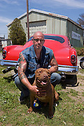 "Rescue Ink, Long Island, New York, taettowierte Motoradgang, Verein zur Rettung mishandelter Hunde und anderer Tierarten..Jonny ""O"" mit dem Vereinshund Rebel.Rescue Ink rettete dem Pitbull 'Rebel' das Leben, er war in Virginia als Koeder fuer Kampfhunde eingesetzt worden und erlitt schwerste Verletzungen..Rescue Ink, the animal rescue group that brings an in your face approach to the fight against animal abuse and neglect. The goups members are heavily tattooed and ride motorbikes. Their pitbull 'Rebel', who lives at their headquarters, was rescued from a dog fighting operation, where he was used as bait. He was near death when two members of Rescue Ink flew to Virginia to save him...Foto © Stefan Falke."