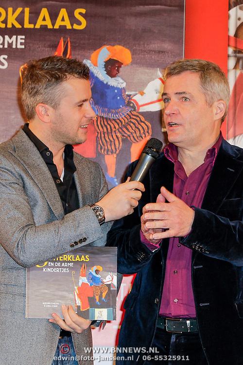 NLD/Amsterdam/20121113 - Presentatie DE Sinterklaasboekjes 2012, Winston Gerstanowitz met het sinterklaasboek en Herman Finkers en illustrator Carll Cneut