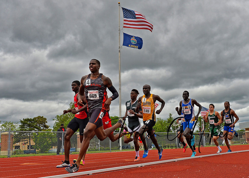 Runners compete during the 2017 DI NJCAA Outdoor Track Championships at Gowans Stadium.