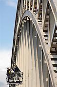 Nederland, Nijmegen, 2-10-2008Asielzoeker uit Iran beklimt Waalbrug. Hij wilde een gesprek met staatssecetaris Albayrak afdwingen voor een verblijfsvergunning. Hij dreigde met zelfmoord. Na zes uur werd hij via gesprekken met zijn advocaat en zijn vrouw door de politie naar beneden gehaald.Asylumseeker from Iran climb the Waalbridge. He wanted a conversation with deputy minister Albayrak to force a residence permit. He threatened suicide. After six hours he was, through conversations with his lawyer and his wife, taken down by the police.Foto: Flip Franssen/Hollandse Hoogte