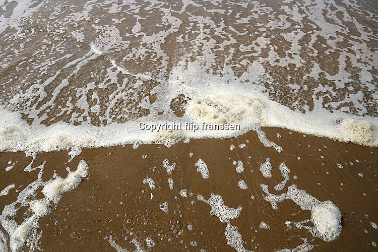 Nederland, Scheveningen, 18-9-2017Badplaats aan de Noordzee. In de nazomer wandelen mensen op het strand en de boulevard. De Pier en het Kurhaus zijn belangrijke toeristische attracties.Foto: Flip Franssen