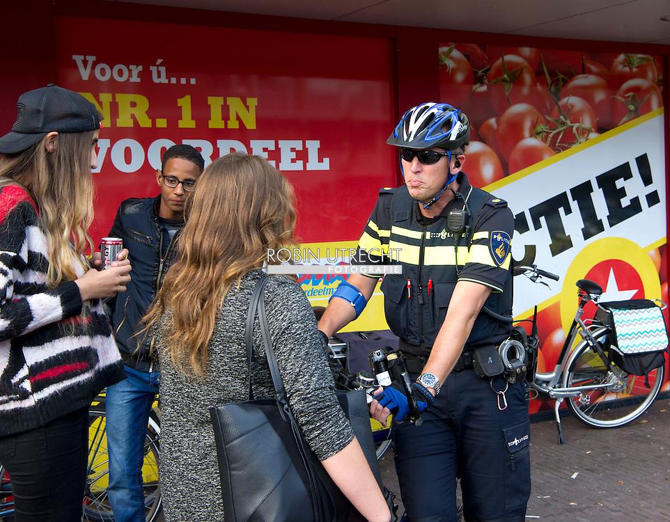 eigen ZAANDAM - extra camera bewaking in de wijk poelenburg , Politie in de wijk Poelenburg in Zaandam waar jongeren voor onrust zorgen door overlast en intimidatie. Straatbeeld uit de wijk Poelenburg in Zaandam waar jongeren voor onrust zorgen door overlast en intimidatie.  COPYRIGHT ROBIN UTRECHT pownews vomar , supermarkt , Jeugdoverlast in Poelenburg<br /> Een rondje door de wijk Poelenburg een politie agent politieagent op straat dienstwapen  samenschoolingsverbod , Politie agent , agenten , bewaken , beveilingen aanslag , voorkomen , dreining , wapen , dienstwapen , survieren