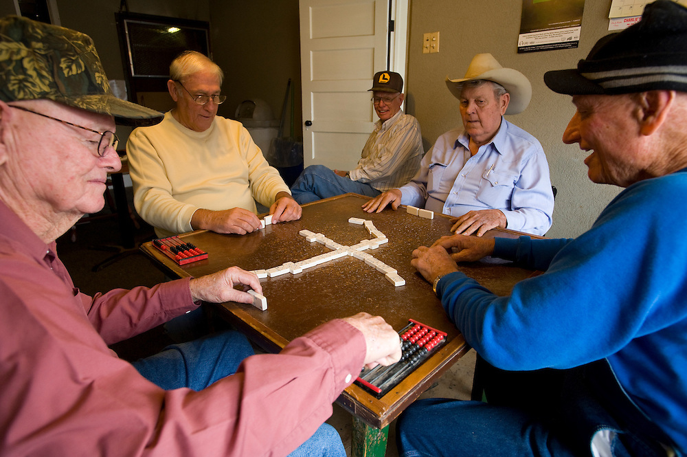 Crawford, Texas, USA.Taegliches Treffen zum Dominospiel: Joe Holmes (74) , Talley Barnes (70), Joe Holmes (74) , Joe Weber (72) , Raymond Whitney (78)..Daily Domino game in Crawford, from left to right:.Joe Holmes (74) , Talley Barnes (70), Joe Holmes (74) , Joe Weber (72) , Raymond Whitney (78), ...Crawford, Texas, is the hometown of outgoing President George W. Bush, who bought the Prairie Chapel Ranch, located seven miles (10 km) northwest of town, in 1999. The farm was considered the Western White House of the President, who is leaving soon for a new home in  Dallas. His departure will bring major changes to this small town (population: 705), which had in part made a living by catering to the tourist, press and protesting crowds that came to visit. At the same time they are very tired of it all and seem to be glad that life can finally get back to normal now...©Stefan Falke