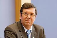 13 SEP 2005, BERLIN/GERMANY:<br /> Konrad Freiberg, Vorsitzender Gewerkschaft der Polizei,  waehrend einer Pressekonferenz, nach der Unterzeichnung eines Tarifvertrages fuer den oeffentlichen Dienst, Bundespressekonferenz<br /> IMAGE: 20050913-01-009<br /> KEYWORDS: Traifrecht