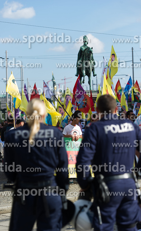 "20.08.2016, Wien, AUT, Demonstration kurdischer Vereine ""gegen Menschenrechtsverletzungen in der Türkei und die Isolation von Abdullah Öcalan"". im Bild Polizisten vor Demonstranten // police officers in front of demonstrators during demonstration of kurdish clubs against human rights violations in turkey in Vienna, Austria on 2016/08/20. EXPA Pictures © 2016, PhotoCredit: EXPA/ Michael Gruber"