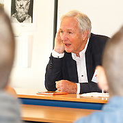 NLD/de Meern/20151009 - Voorleesactie prinses Laurentien + Jan Terlouw boek 'Kapsones', Jan Terlouw leest voor aan scholieren
