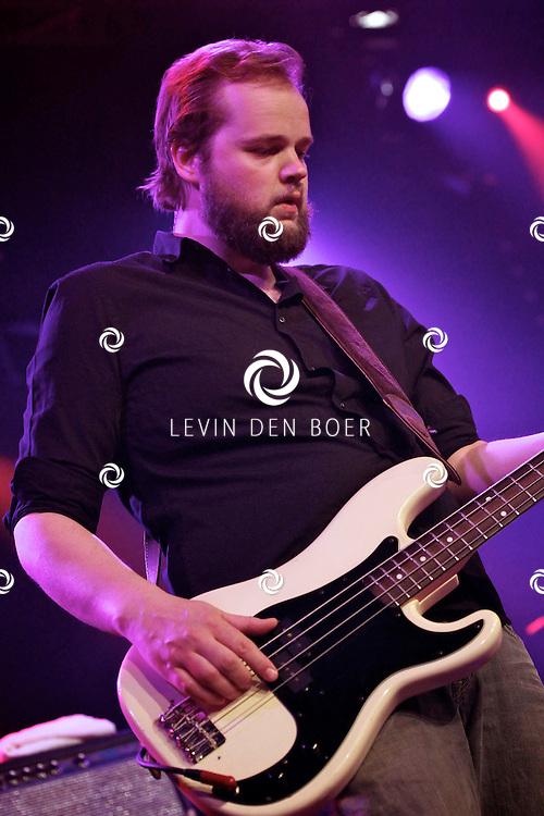 SCHIJNDEL - Tijdens paaspop speelden de Johnny Cash tribute band van Nederland genaamd Def Americans de zaal plat.  Met op de foto basgitarist Gijs van de Burgt. FOTO LEVIN DEN BOER - PERSFOTO.NU