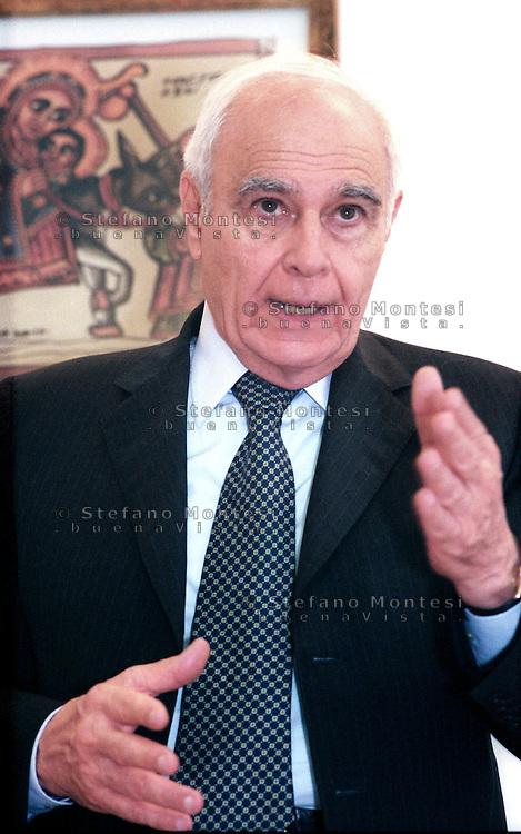 Roma 25 luglio 2003.Girolamo Sirchia, Ministro della Salute, visita il Poliambulatorio Caritas di Via Marsala in occasione delle celebrazioni dei venti anni di attività dell'Area Sanitaria della Caritas.