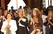 Mrs. John Radiziwill. ( ? ) Annie Leibowitz and Susan Sontag. Yves St. Laurent couture show. Intercontinental. Paris. 11 July 2001. © Copyright Photograph by Dafydd Jones 66 Stockwell Park Rd. London SW9 0DA Tel 020 7733 0108 www.dafjones.com