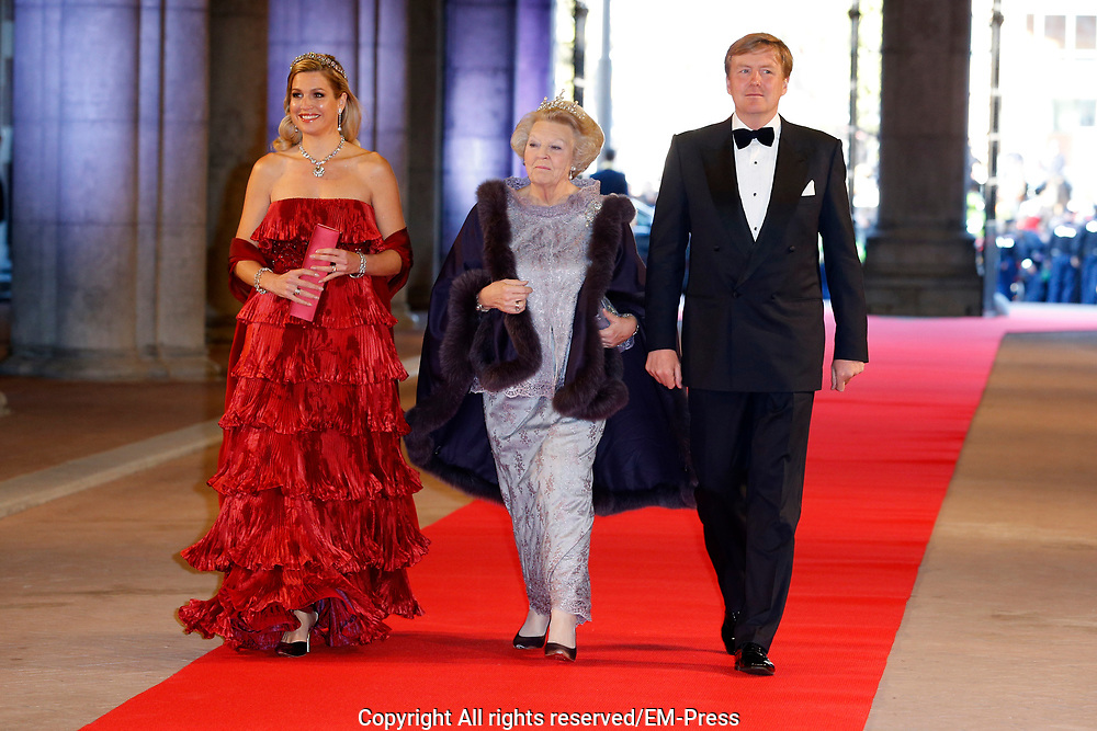 Afscheidsdiner Koningin Beatrix in Rijksmuseum. Het afscheidsdiner wordt gehouden in de Eregalerij van het 2 weken geleden door de koningin heropende museum. <br /> <br /> Farewell Dinner Queen Beatrix at Rijksmuseum. The farewell dinner will be held in the Hall of Fame of two weeks ago reopened by the Queen museum.<br /> <br /> Op de foto / On the Photo:  Prinses Beatrix met Koning Willem-Alexander en koningin Maxima / Prinses Beatrix with King Willem-Alexander and Maxima Queen