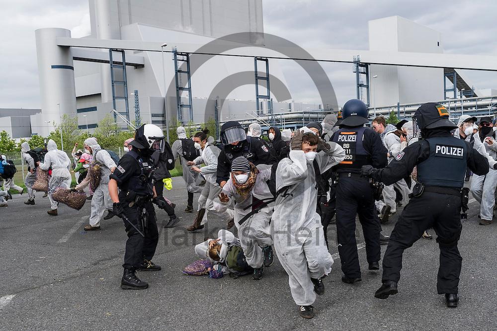 Polizisten nehmen am 14.05.2016 bei Spremberg, Deutschland nach dem Sturm auf das Braunkohlekraftwerk Schwarze Pumpe Aktivsten fest. Mehrere Hundert Aktivisten haben das Braunkohlekraftwerk Schwarze Pumpe gest&uuml;rmt und den Betrieb gest&ouml;rt. Ca 60 Aktivsten wurden von der Polizei Festgenommen. Foto: Markus Heine / heineimaging<br /> <br /> ------------------------------<br /> <br /> Ver&ouml;ffentlichung nur mit Fotografennennung, sowie gegen Honorar und Belegexemplar.<br /> <br /> Bankverbindung:<br /> IBAN: DE65660908000004437497<br /> BIC CODE: GENODE61BBB<br /> Badische Beamten Bank Karlsruhe<br /> <br /> USt-IdNr: DE291853306<br /> <br /> Please note:<br /> All rights reserved! Don't publish without copyright!<br /> <br /> Stand: 05.2016<br /> <br /> ------------------------------ am 14.05.2016 bei Spremberg, Deutschland. Mehrere Hundert Aktivisten haben das Braunkohlekraftwerk Schwarze Pumpe gest&uuml;rmt und den Betrieb gest&ouml;rt. Ca 60 Aktivsten wurden von der Polizei Festgenommen. Foto: Markus Heine / heineimaging<br /> <br /> ------------------------------<br /> <br /> Ver&ouml;ffentlichung nur mit Fotografennennung, sowie gegen Honorar und Belegexemplar.<br /> <br /> Bankverbindung:<br /> IBAN: DE65660908000004437497<br /> BIC CODE: GENODE61BBB<br /> Badische Beamten Bank Karlsruhe<br /> <br /> USt-IdNr: DE291853306<br /> <br /> Please note:<br /> All rights reserved! Don't publish without copyright!<br /> <br /> Stand: 05.2016<br /> <br /> ------------------------------