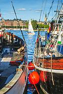Skutor och segelbåt vid Skeppshomen i Stockholm