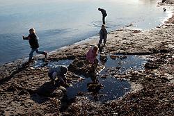 GERMANY ECKERNFOERDE 15FEB04 - People on the beach in winter at Eckernfoerde, Germany.....jre/Photo by Jiri Rezac....© Jiri Rezac 2004..