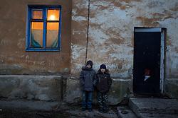 Ukraina<br /> <br /> Saska 12 och Vova 10 utanför sitt hus i Jilploschadka en förort till Donetsk. Killarna är kompisar  och leker ofta. De har ofta fått söka skydd i hyreshusets källare för at undkomma granater som den Ukrainska armén skjuter mot byn.<br /> <br /> Photo: Niclas Hammarström