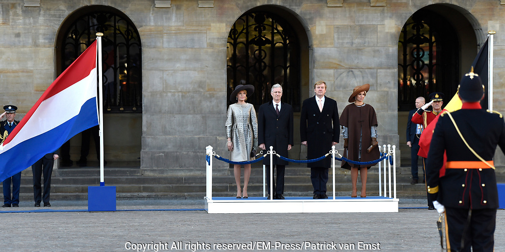 Staatsbezoek aan Nederland van Zijne Majesteit Koning Filip der Belgen vergezeld door Hare Majesteit Koningin <br /> Mathilde aan Nederland.<br /> <br /> State Visit to the Netherlands of His Majesty King of the Belgians Filip accompanied by Her Majesty Queen<br /> Mathilde Netherlands<br /> <br /> op de foto / On the photo: Koning Willem Alexander en koningin Maxima ontvangen de Belgische koning Filip en koningin Mathilde bij het paleis op de Dam voor een drie daags staatsbezoek ///// King Willem Alexander and Queen Maxima received the Belgian King Philippe and Queen Mathilde at the palace on Dam Square for a three-day state visit
