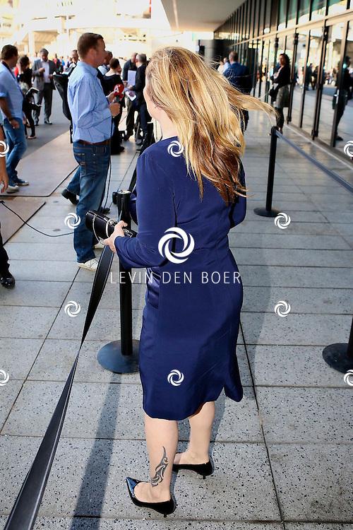 AMSTERDAM - Niet eerder trad de 71-jarige theaterdiva Barbra Streisand op in Nederland. Ze doet Nederland aan in het kader van haar tournee Barbra Streisand Live. Velen bekende Nederlanders kwamen natuurlijk hier een kijkje nemen. Met op deze foto  Angela Groothuizen. FOTO LEVIN DEN BOER - PERSFOTO.NU