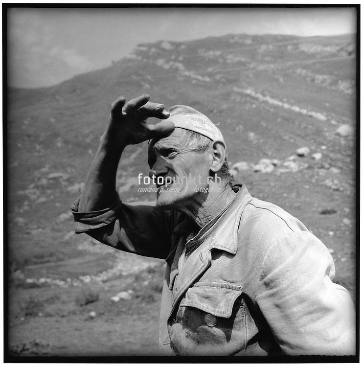 A l'alpage Mami Castella scrute le ciel; auf der Alp Albert Castella beobachtet den Himmel; keeps an eye on the weather. © Romano P. Riedo   FOTOPUNKT.CH
