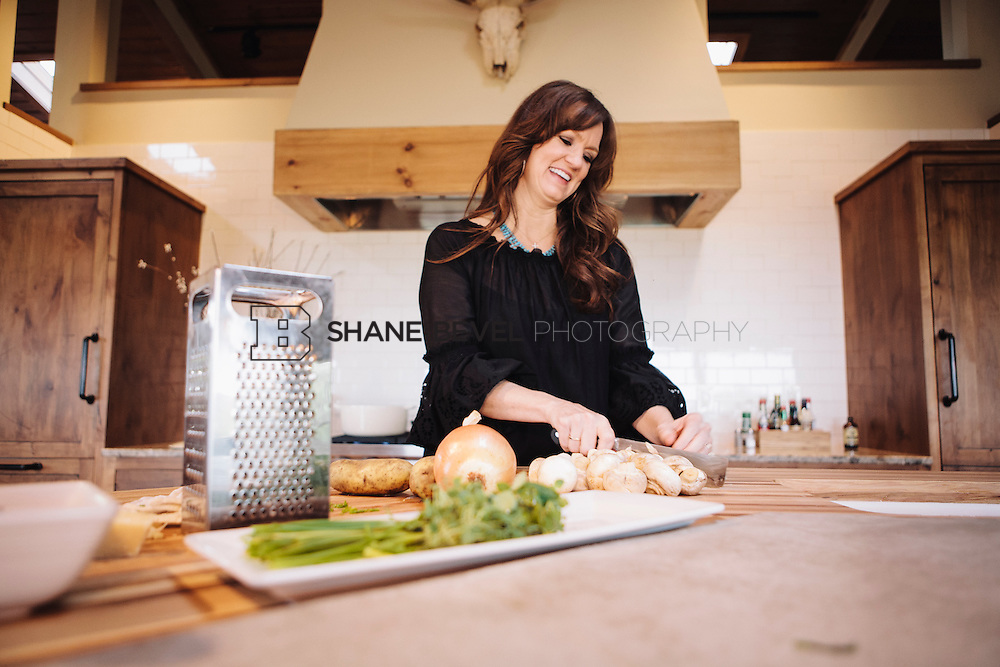 9/15/09 5:43:19 PM -- Ree Drummond, The Pioneer Woman, works in the kitchen in the lodge near her home on the Drummond Ranch near Pawhuska, Okla. ..Photo by Shane Bevel
