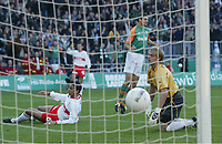 Fotball<br /> Bundesliga 2003/2004 Tyskland<br /> 18.10.2003<br /> Stuttgarts rekord ryker<br /> Foto: Digitalsport<br /> Norway Only<br /> <br /> 1:2 Tor durch Angelos Charisteas Bremen, Torwart Timo Hildebrand Rekord beendet, Fernando Meira Stuttgart<br /> Bundesliga SV Werder Bremen - VfB Stuttgart