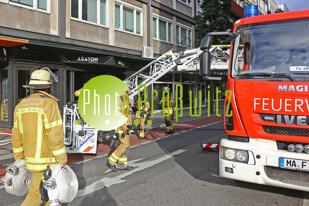 Mannheim. 30.06.17 | Brand in der Innenstadt<br /> Innenstadt. N7. Brand in einer Bar.<br /> Zu einem gr&ouml;&szlig;eren R&uuml;ckstau von Lieferfahrzeugen in der Kunststra&szlig;e f&uuml;hrt derzeit ein Brand in der Mannheimer Innenstadt. Wegen der L&ouml;scharbeiten ist die Kunststra&szlig;e derzeit noch gesperrt. Die Feuerwehr war am Morgen zu einer Verpuffung in einem Gastronomiebetrieb gerufen worden. Tats&auml;chlich brannte es in der K&uuml;che. Das Feuer f&uuml;hrte zu einer starken Rauchentwicklung. Zeitweise waren zwei L&ouml;schz&uuml;ge der Berufsfeuerwehr und die Freiwillige Feuerweh Innenstadt im Einsatz. Derzeit werden die Schl&auml;uche eingerollt, die Einsatzstelle wohl in kurzer Zeit freigegeben. Bei dem Brand zogen sich drei Personen Rauchgasvergiftungen zu. Sie kamen zur Behandlung ins Krankenhaus.<br /> <br /> <br /> BILD- ID 0418 |<br /> Bild: Markus Prosswitz 30JUN17 / masterpress (Bild ist honorarpflichtig - No Model Release!)