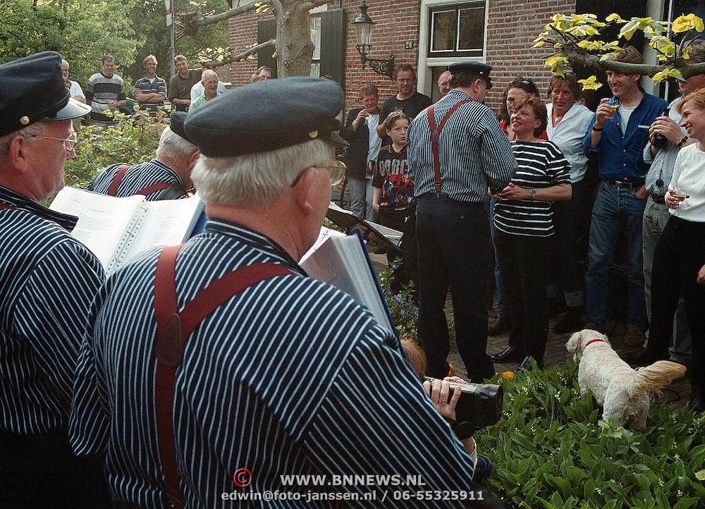 Optreden Spakenburgs koor voor mw. Helmers Hellingstraat Huizen