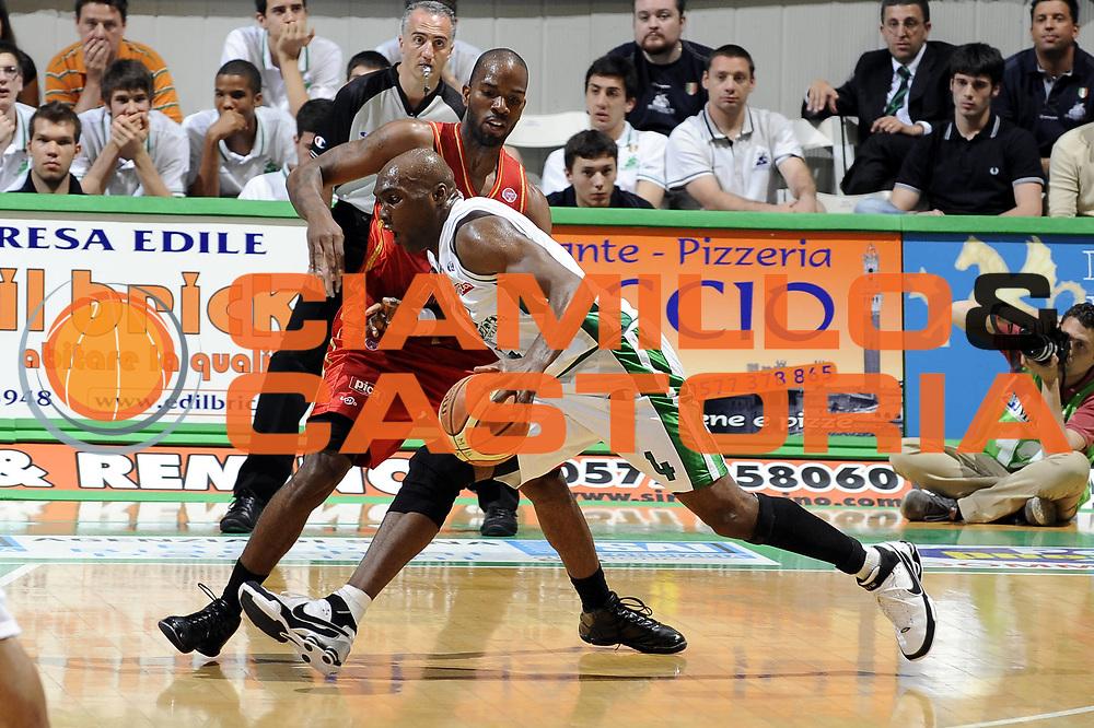DESCRIZIONE : Siena Lega A 2008-09 Playoff Quarti di finale Gara 1 Montepaschi Siena Scavolini Spar Pesaro <br />GIOCATORE : Henry Domercant <br />SQUADRA : Montepaschi Siena<br />EVENTO : Campionato Lega A 2008-2009 <br />GARA : Montepaschi Siena Scavolini Spar Pesaro<br />DATA : 19/05/2009<br />CATEGORIA : palleggio<br />SPORT : Pallacanestro <br />AUTORE : Agenzia Ciamillo-Castoria/G.Ciamillo