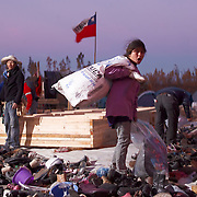 Valparaiso Chile<br /> !8  abril 2014<br /> Photo: Francisco Arias, Mauro Bregante, Patricio Rudolffi<br /> <br /> Le Grand incendie dans le port de Valparaiso au Chili<br /> <br /> Plus de 2900 maisons détruites et 12 500 sans-abri. <br /> <br /> Désespoir parmi les victimes, est atténué par des milliers de jeunes volontaires qui sont venus pour aider. <br /> <br /> Depuis le jour de l'incendie des milliers de  jeunes volontaires sont arrivés à Valparaiso pour aider les victimes de cette tragédie.