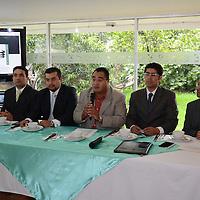 Toluca, México (Agosto 08, 2016).- Ernesto Hernandez (centro), presidente del Frente Civil de Organizaciones del Edo Mex (FECOEM), durante conferencia de prensa, donde exigieron se les reconozca de manera estatal y federal la Organizacion que representa aproximadamente 90 mil ciudadanos en el Edo Mex. Agencia MVT / Arturo Hernández.