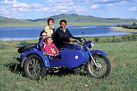 Mongolie. Province du Khentii. Famille sur un side-car // Family on the side-car motorcycle. Khentii province. Mongolia.