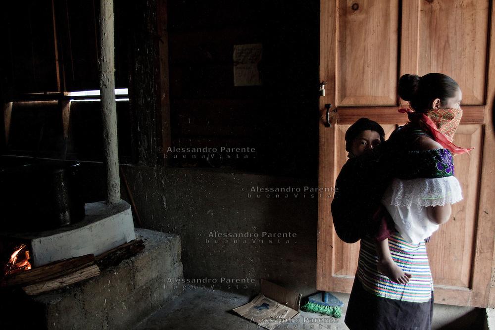 In the caracol the women always bring the child in them back, as the indigenous tradition.<br /> Las mujeres zapatistas llevan a su bebe en la espalda, como en la tradici&oacute;n indigena.