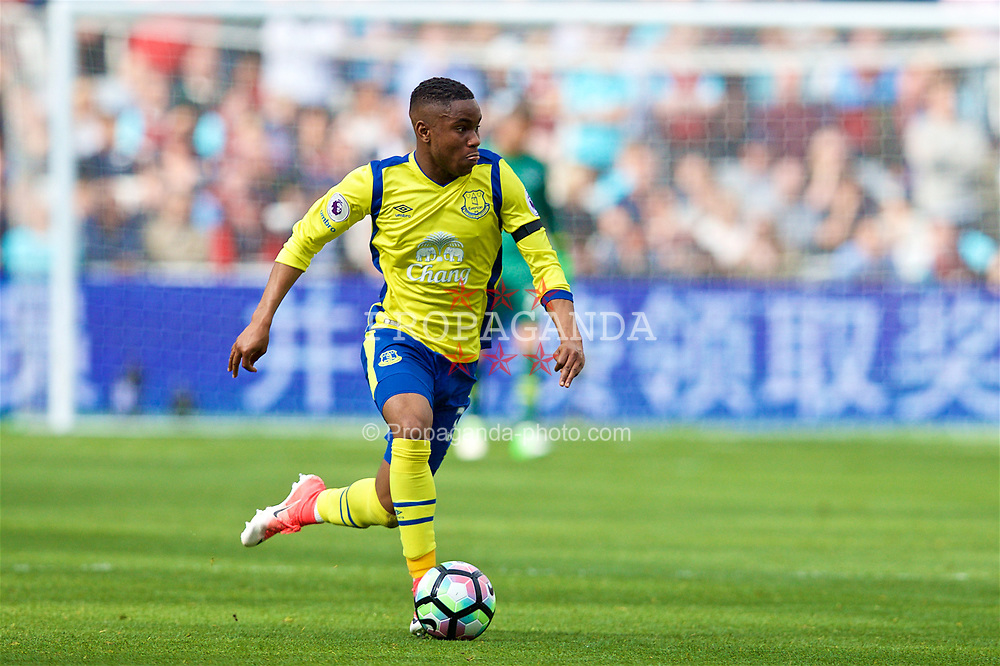 LONDON, ENGLAND - Saturday, April 22, 2017: Everton's Ademola Lookman in action against West Ham United during the FA Premier League match at the London Stadium. (Pic by David Rawcliffe/Propaganda)