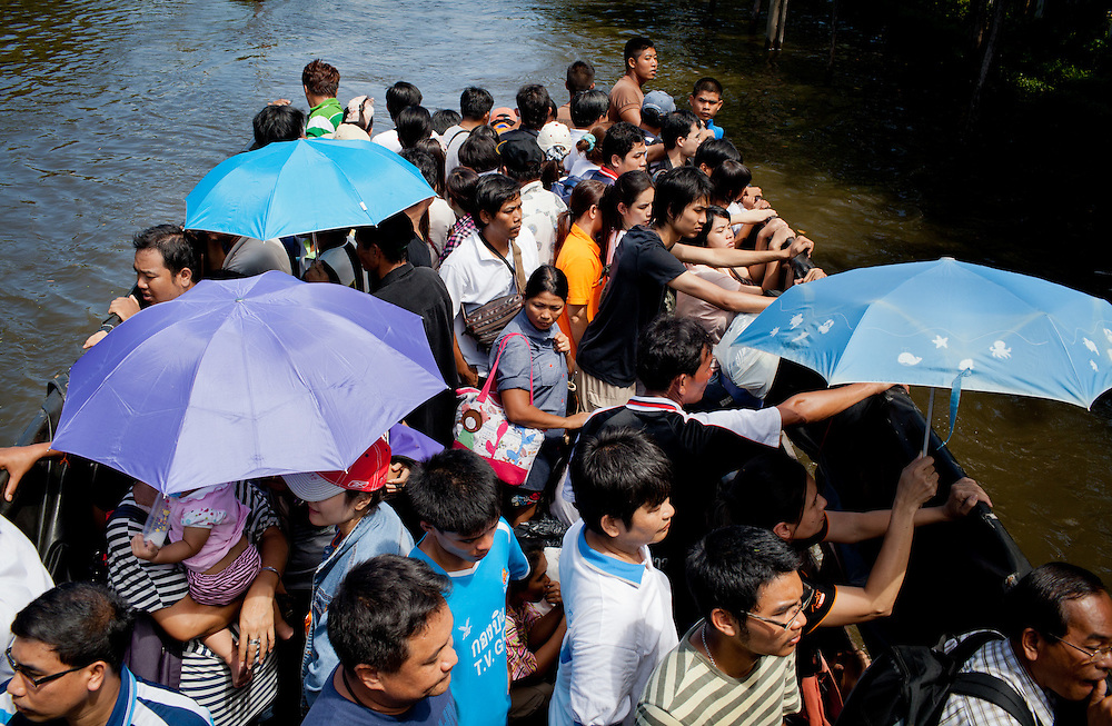 More Bangkok residents flee as the river level is predicted to rise over the weekend. 1.2 billion cubic meters of northern runoff, about the volume of 480,000 Olympic pools, is expected to arrive in Bangkok along with the arrival of high tides.///