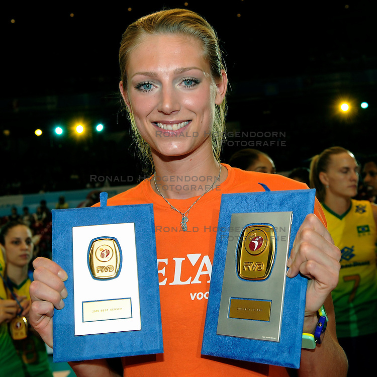 23-08-2009 VOLLEYBAL: WGP FINALS CEREMONY: TOKYO <br /> Brazilie wint de World Grand Prix 2009 / Manon Flier best server en scorer<br /> ©2009-WWW.FOTOHOOGENDOORN.NL