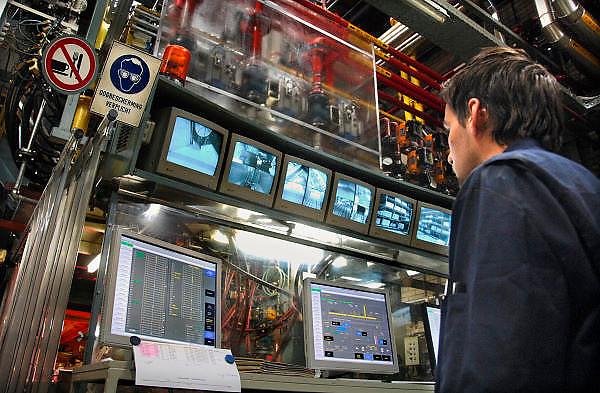Nederland, Kesteren, 21-11-2007..Procesbewaking bij de fabricage van schuimrubber in de Recticel schuimrubberfabriek. Een computergestuurd productieproces waarbij olieproducten als grondstof dienen...Foto: Flip Franssen/Hollandse Hoogte