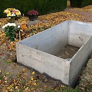 Nederland Hoogvliet 29 oktober 2007 .Grafdelvers maken een nieuw graf op begraafplaats. De lift voor de kist wordt geplaats .Foto David Rozing
