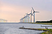 Nederland, the Netherlands, Urk, 15-6-2018NOP Agrowind, energiebedrijf RWE Essent en Westermeerwind exploiteren een windpark op land en in het water van het IJsselmeer. De stroomproducent bouwde hier windmolens die 5 megawatt op land, en 3 megawatt op zee produceren. Siemens leverde turbines. Noordoostpolder .FOTO: FLIP FRANSSEN