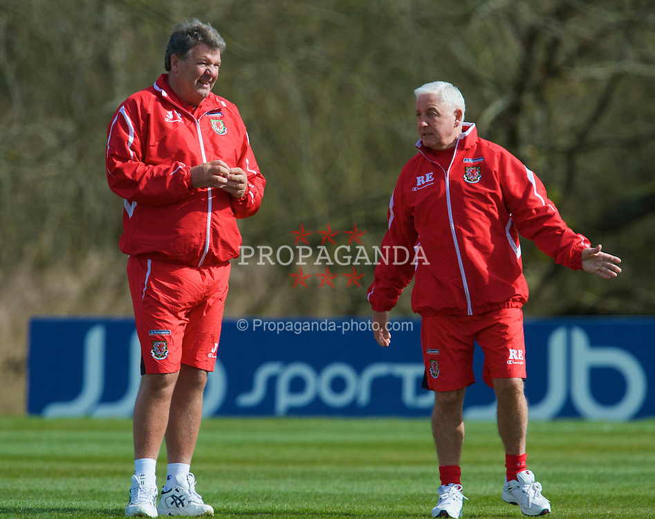 CARDIFF, WALES - Tuesday, March 24, 2009: Wales' manager John Toshack MBE and assistant coach Roy Evans during training at the Vale of Glamorgan ahead of the 2010 FIFA World Cup Qualifying Group 4 match against Finland. (Pic by David Rawcliffe/Propaganda)