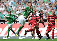 FUSSBALL   1. BUNDESLIGA   SAISON 2011/2012    3. SPIELTAG SV Werder Bremen - SC Freiburg                             20.08.2011 Markus ROSENBERG (li, Bremen) gegen  Pavel KRMAS (re, Freiburg)