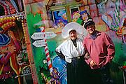 Couple en costume traditionnel &agrave; l'occasion de la F&ecirc;te de Boulogne-sur-Mer, r&eacute;gion Nord-Pas-de-Calais.<br /> Couples wearing traditional costume during the Festival of Boulogne-sur-Mer, Nord-Pas-de-Calais region.