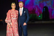 Zijne Majesteit Koning Willem-Alexander en Hare Majesteit Koningin Máxima brengen op uitnodiging van president Ram Nath Kovind een staatsbezoek aan de Republiek India.<br /> <br /> His Majesty King Willem-Alexander and Her Majesty Queen Máxima on a state visit to the Republic of India at the invitation of President Ram Nath Kovind.<br /> <br /> Op de foto / On the photo: Koning Willem-Alexander en koningin Maxima krijgen uitleg bij de Gateway of India in Mumbai die, ter gelegenheid van het bezoek van het Koningspaar, met Nederlandse elementen is belicht. //// King Willem-Alexander and Queen Maxima get an explanation at the Gateway of India in Mumbai which, on the occasion of the visit of the Royal Couple, has been highlighted with Dutch elements.